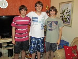 Murilo, ao lado dos irmãos Henrique e Matheus, também medalhistas (Foto: Arquivo pessoal)