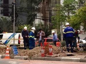 Obra para corredor de ônibus provoca vazamento de gás na Zona Sul  (Foto: Roney Domingos/G1)