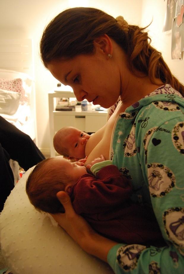 Bianca amamentou as filhas gêmeas  (Foto: Divulgação )