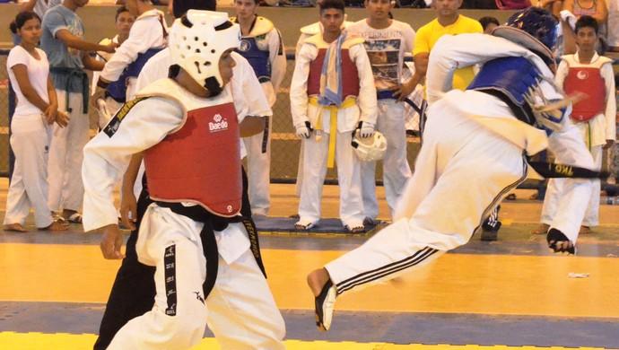 Atleta de colete vermelho esquivou um rápido chute giratório (Foto: Tércio Neto/GloboEsporte.com)