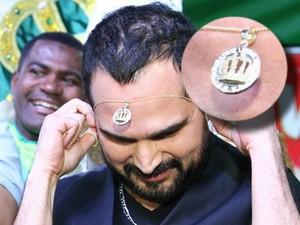 Desatque para o pingente da joia que Luciano ganhou da Imperatriz (Foto: Anderson Borde/AG News)