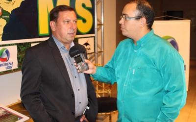 Assessor de imprensa da FFMS, Thiago Lopes de Faria, entrevista presidente do Ivinhema, Adnilson Pinheiro (Foto: Hélder Rafael)