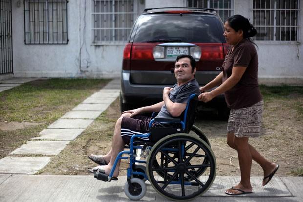 Jacinto Rodríguez Cruz em sua casa em Veracruz. Ele sofreu acidente em 2008 nos EUA (Foto: Félix Márquez/AP)