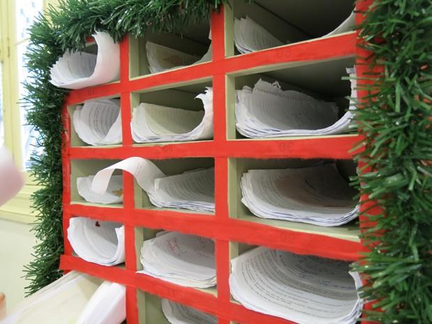 Cartinhas de Natal dos Correios ficam a disposição para serem adotadas (Foto: Mariane Rossi/G1)