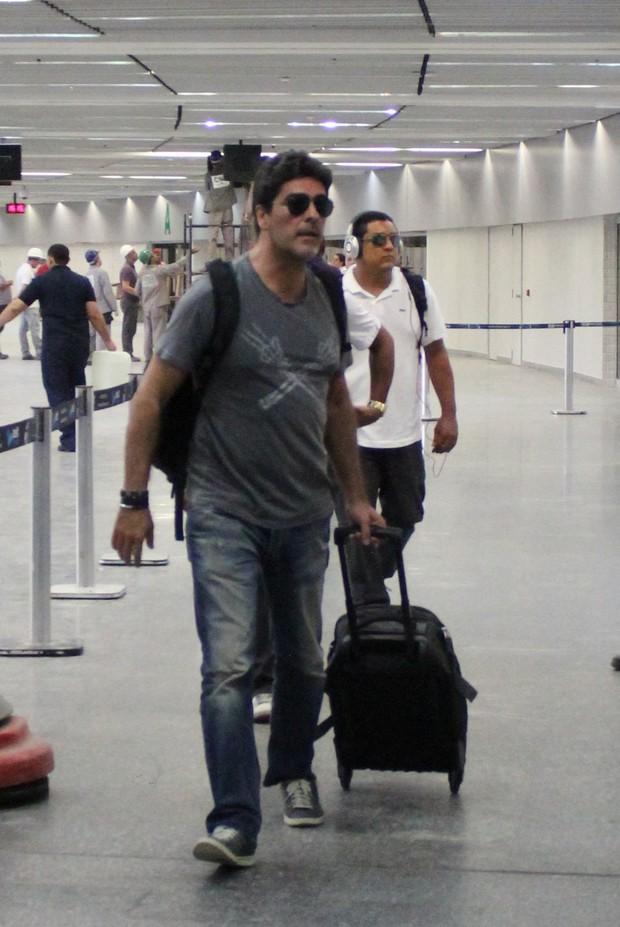 Namorado da Xuxa, Junno desembarca no aeroporto  (Foto: Fabio Moreno/Photo RioNews)