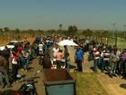 Busca por vaga de trabalho forma fila com mais de 2 mil pessoas, em Goiás