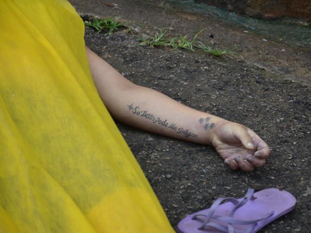 Mulher foi encontrada morta e polícia suspeita de overdose (Foto: Walter Paparazzo/G1)