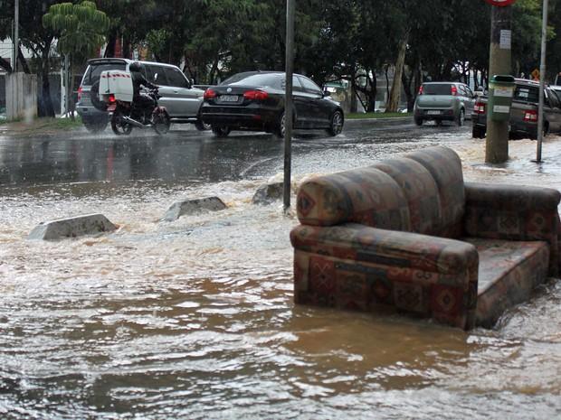 Sofá é arrastado para boca de lobo durante forte chuva em Santana, São Paulo (SP), na tarde desta quinta-feira (16).  (Foto: Hermann Wecke / Futura Press)