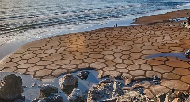 Como a 'tela' é a praia, as obras de Andres Amador têm 'prazo de validade', de acordo com a maré da baía de São Francisco, na Califórnia (EUA) (Foto: Reprodução/Facebook/Andres Amador)