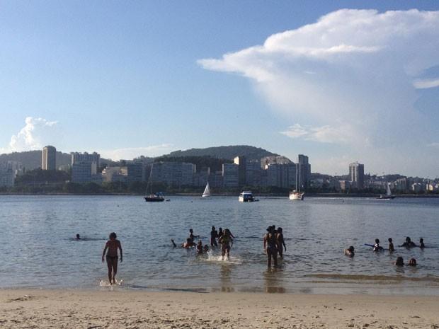 Praias da Baía de Guanabara, como a Praia da Urca, têm água com presença permanente de esgoto (Foto: Daniel Silveira / G1)