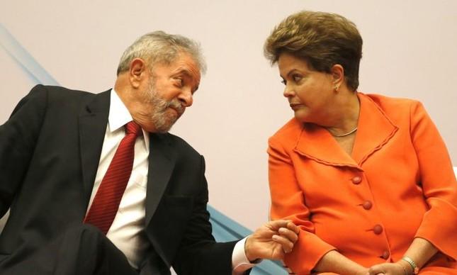 A presidente Dilma Rousseff conversa com o ex-presidente Luiz Inácio Lula da Silva (Foto: Fernando Bizerra Jr. / EFE)