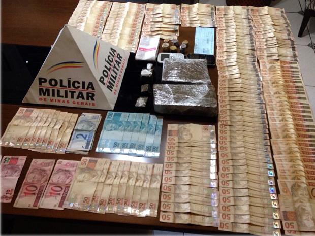 PM apreendeu 1,5 kg de maconha e R$ 10 mil em dinheiro em São Lourenço, MG (Foto: Polícia Militar)