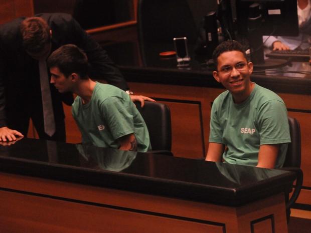 Caio (de óculos) e Fábio no Tribunal de Justiça do Rio (Foto: José Pedro Monteiro / Agência O Dia / Estadão Conteúdo)