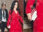 Katy Perry usa clutch com bandeira dos EUA após comício com Hillary
