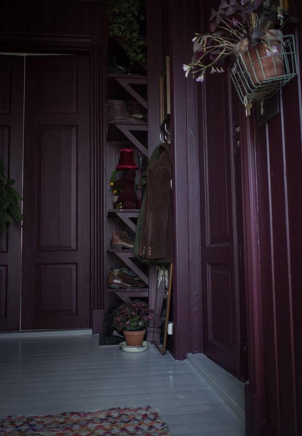 Artista transforma casa vitoriana usando paredes escuras e móveis vintage (Foto: Maren Ingeborg Gråblomst/ Villa Betula/ divulgação)