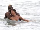 Mario Balotelli troca carinhos com a noiva em praia nos Estados Unidos
