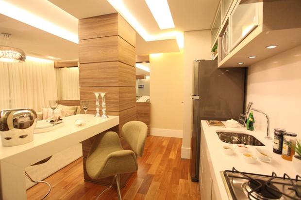 O espaço fica mais bem utilizado com a cozinha-corredor (Foto: Camila Klein)