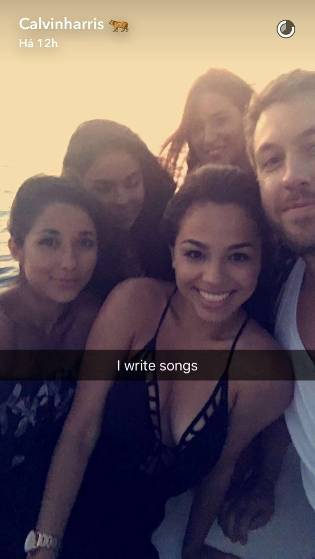 Provocao na legenda? Calvin Harris faz snap cercado de mulheres em passeio de barco (Foto: Reproduo/Snapchat)