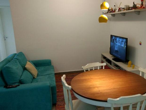 O sofá turquesa é um dos pontos coloridos da sala. (Foto: Caio Macedo / Arquivo pessoal)