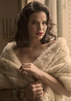 Beatriz (Bruna Marquezine) se envolve com Otaviano (Daniel de Oliveira) e consegue papel na TV Guanabara (Foto: Globo/Estevam Avellar)
