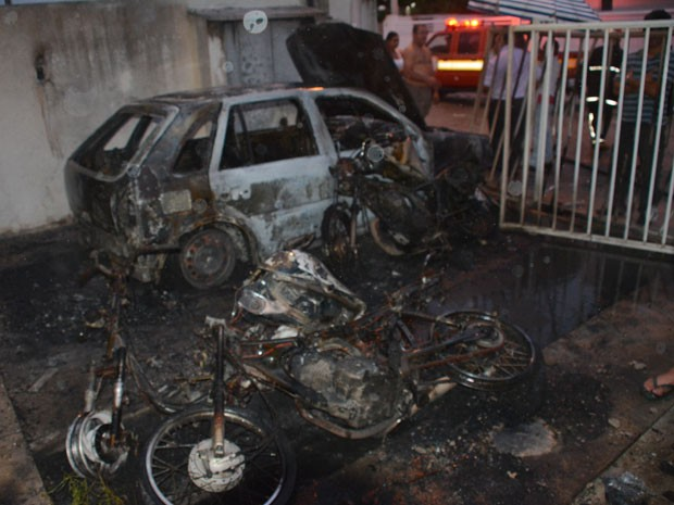 Incêndio destrói veículos em João Pessoa  (Foto: Walter Paparazzo/G1)