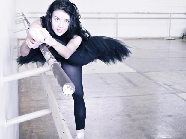 Caroline Neves, de 19 anos, descobriu um talento natural para o balé (Foto: Gabriel D'Alexandria)