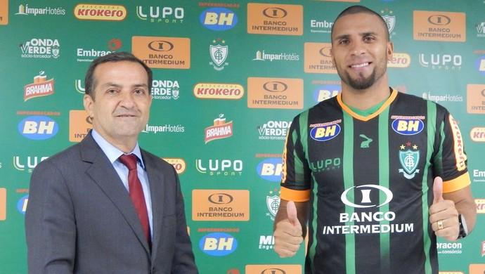 Anderson Raclian, presidente do América-MG, e Nilson, atacante apresentado pelo clube (Foto: Divulgação/América-MG)
