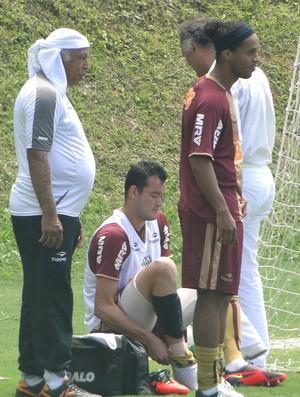zagueiro Réver, do Atlético-MG, deixa treino e é atendido por médico (Foto: Valeska Silva / Globoesporte.com)