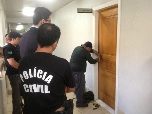 Polícia Civil cumpre mandado de busca e apreensão no gabinete do deputado Jean de Oliveira (Foto: Halex Frederic/G1)