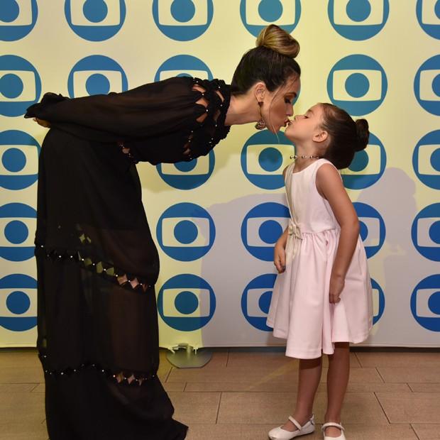 Fernanda Pontes dá um selinho na filha, Malu (Foto: Divulgação)