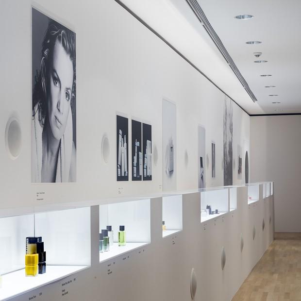 "An installation of Jil Sander's highly successful line of fragrances at the ""Jil Sander. Present Tense"" exhibition in Frankfurt (Foto: MUSEUM ANGEWANDTE KUNST PAUL WARCHOL)"