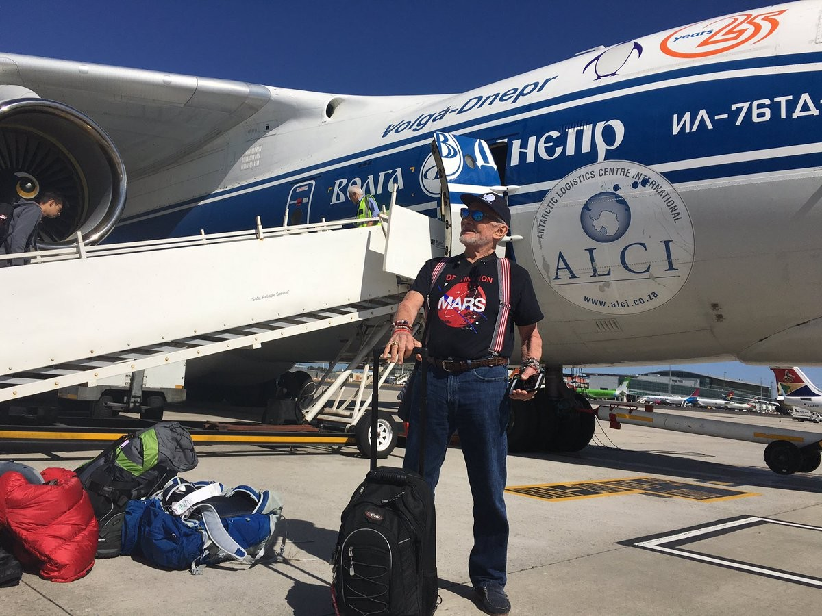 Foto postada no Twitter de Aldrin mostra os momentos antes do embarque para a Antártica (Foto: reprodução)