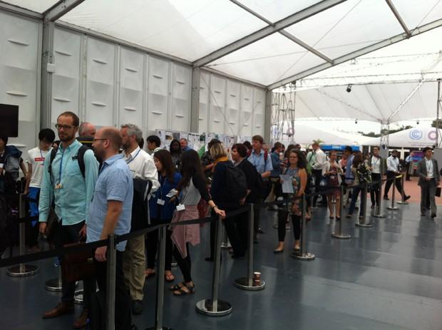 Participantes chegam para plenária final da COP, na tarde deste sábado (13) (Foto: Eduardo Carvalho/G1)