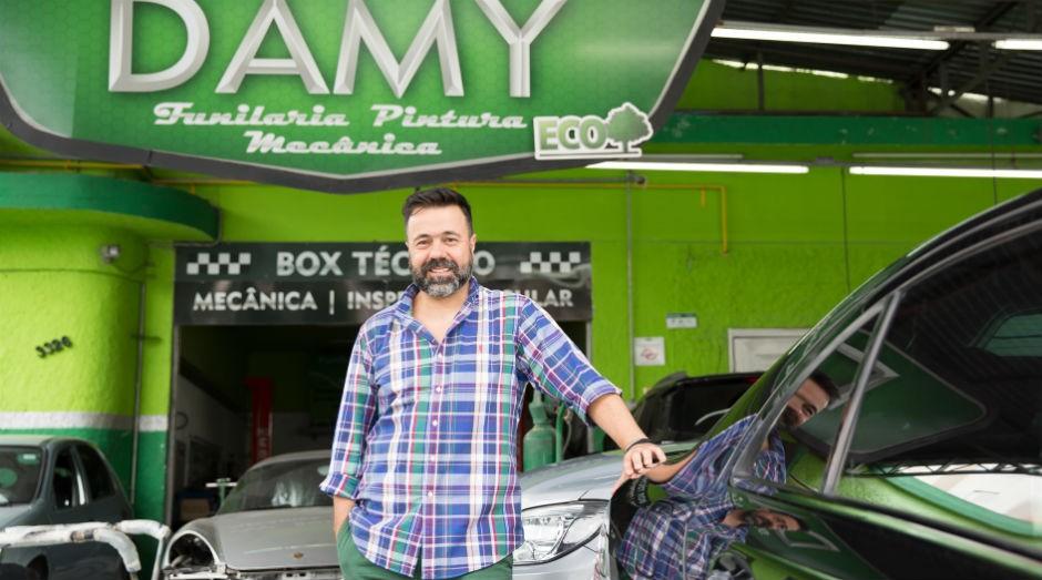 Adalberto Gonçalves fez uma série de adaptações em sua oficina com o objetivo de torná-la sustentável (Foto: Patrícia Cruz)