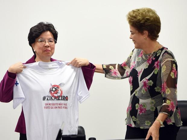 A diretora-geral da Organização Mundial da Saúde (OMS), Margaret Chan, recebe uma camisa de presente da presidente do Brasil, Dilma Rousseff, antes de uma reunião para falar sobre o vírus zika no Palácio do Planalto, em Brasília (Foto: Evaristo Sa/AFP)