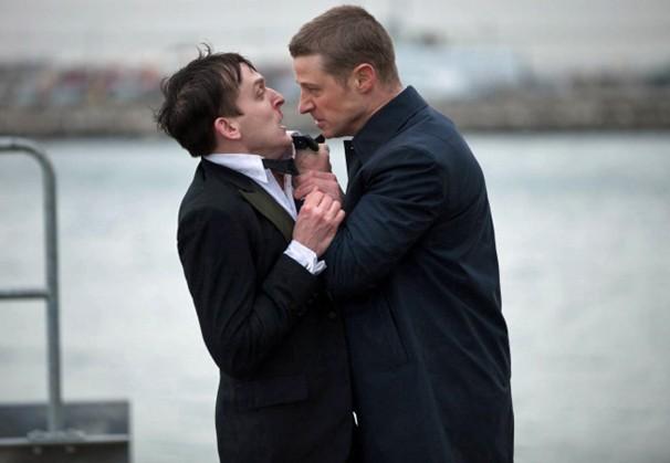 O detetive Jim Gordon diz para Oswald Cobblepot que nunca mais quer vê-lo em Gotham no primeiro episódio que vai ao ar pela Globo no dia 3 de agosto (Foto: Divulgação)