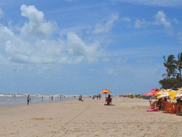 Mesmo com aviso de perigo banhistas entram no mar da Praia dos Artistas em Aracaju (Foto: Marina Fontenele/G1 SE)
