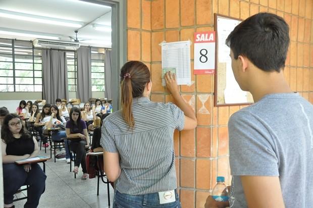 Alunos entram para executar a prova em Rio Preto (Foto: Natália Clementin / G1)