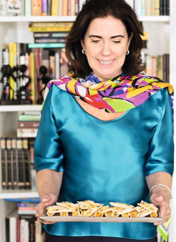 Nas mãos de Ângela Fonseca, beijus de tapioca com parmesão e alecrim. Prato Olaria Paulistana (Foto: Elisa Correa)