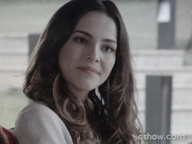 Que saia justa! Marina ouve séria a pergunta de Clara (Foto: Em Família/TV Globo)
