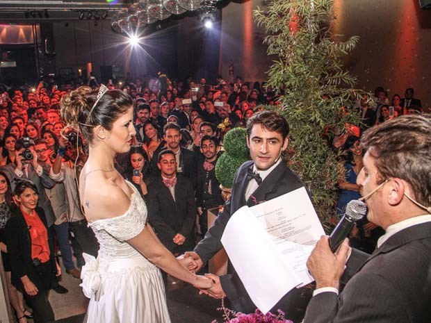 Noivos-atores participam de uma cerimônia da série de festas de casamentos fictícios realizada em Buenos Aires, na Argentina (Foto: Emiliano Ruiz/ Falsa Boda)