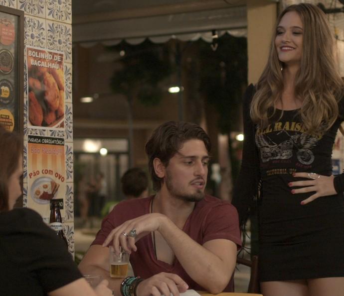 Sem noção, Cassandra manda muito mal na frente de Lili e Rafael (Foto: TV Globo)