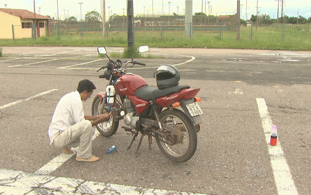 Inventor mostra o funcionamento da motocicleta abastecida a água (Foto: Reprodução TV Acre)