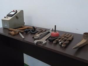 Objetos usados na construção e manutenção da ferrovia estão guardados no museu de Bocaiuva  (Foto: Henrique Correa/ Inter TV)