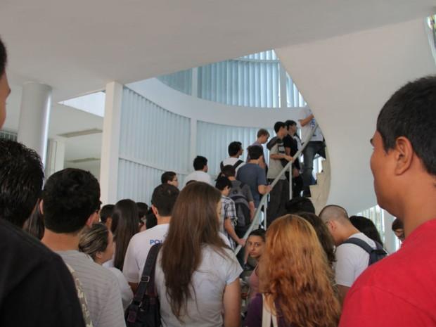 Alunos entram para a sala de prova no primeiro dia do vestibular do ITA que segue até sexta-feira (14) (Foto: Carlos Santos/G1)