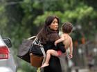 Dani Suzuki não dispensa salto alto em passeio com o filho