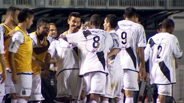 Jogadores da Ponte Preta comemoram gol (Foto: Reprodução EPTV)