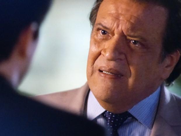 Atílio diz que descobriu tudo (Foto: Amor à Vida / TV Globo)