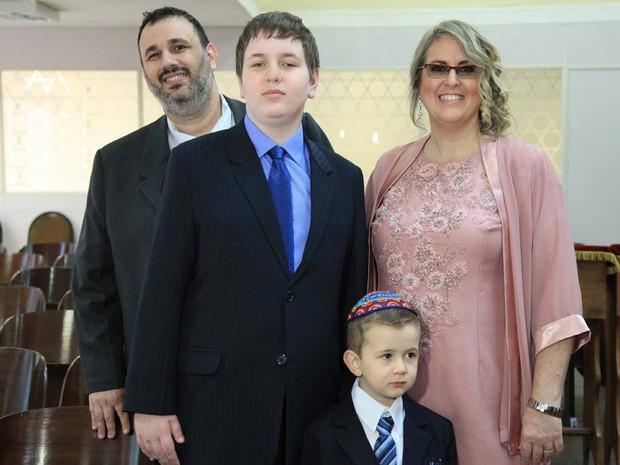 Amir Bliacheris, autista que foi expulso de escola particular em Brasília, com os pais e o irmão (Foto: Brenda Ribemboim Bliacheris/Arquivo Pessoal)