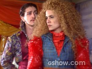 Nando agarra Gina de surpresa e ela gosta